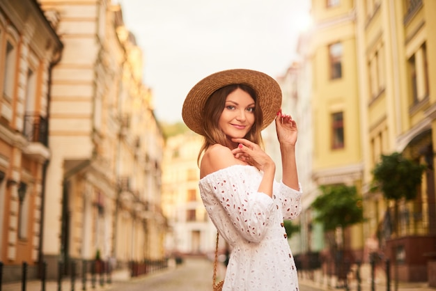 Mooie vrouwentoerist loopt in het oude centrum en bewondert de bezienswaardigheden
