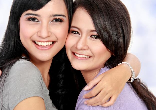 Mooie vrouwenvriend die samen glimlachen
