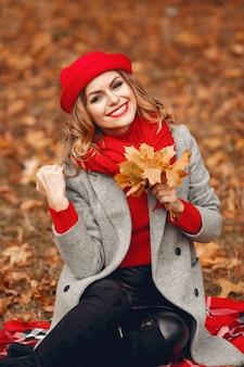 Mooie vrouwenzitting in een de herfstpark