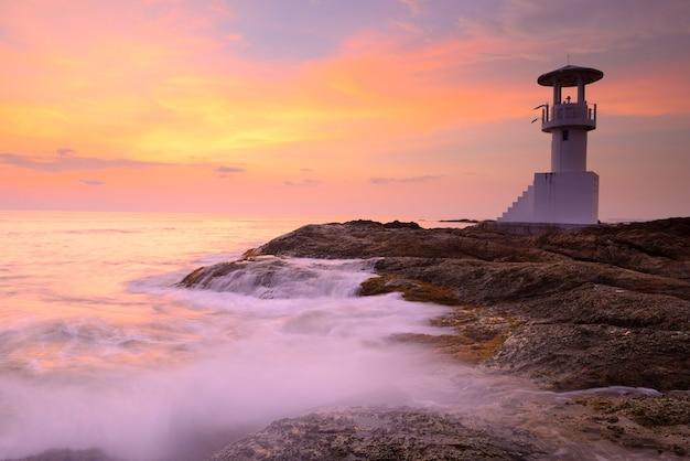 Mooie vuurtoren op zee zonsondergang