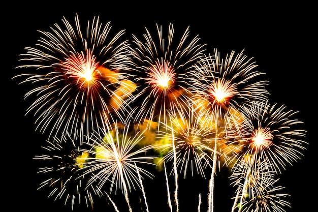 Mooie vuurwerkvertoning op hemel bij nacht voor viering