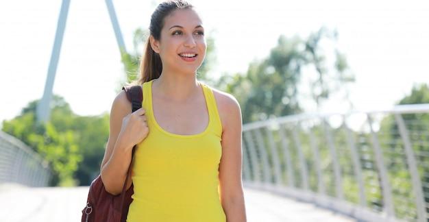 Mooie wandelaar vrouw loopt op een pad in natuurpark