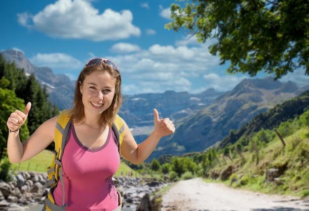 Mooie wandelaar vrouw met cirque de gavarnie, hautes-pyrenees, frankrijk