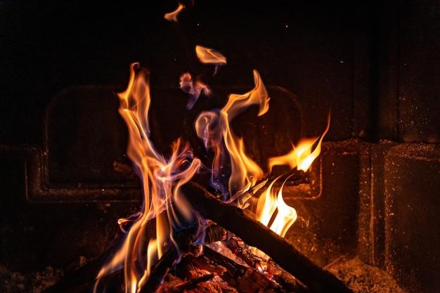 Mooie warme gezellige open haard met echt hout erin koud winterconcept kerstconcept