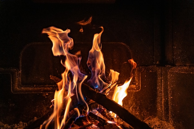 Mooie warme gezellige open haard met echt hout erin koud winterconcept