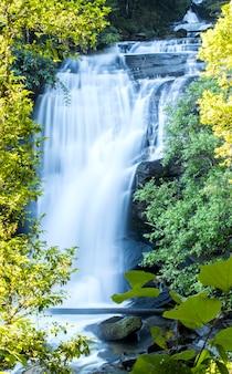 Mooie waterval in doi inthanon het tropische bos, steile bergavontuur in het regenwoud, thailand
