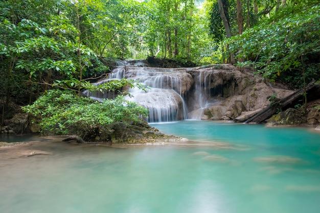 Mooie waterval in erawan-waterval nationaal park in kanchanaburi, thailand