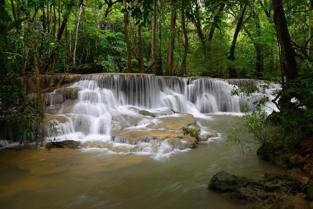 Mooie waterval in regenwoud in kanchanaburi, thailand. huai mae kamin-waterval