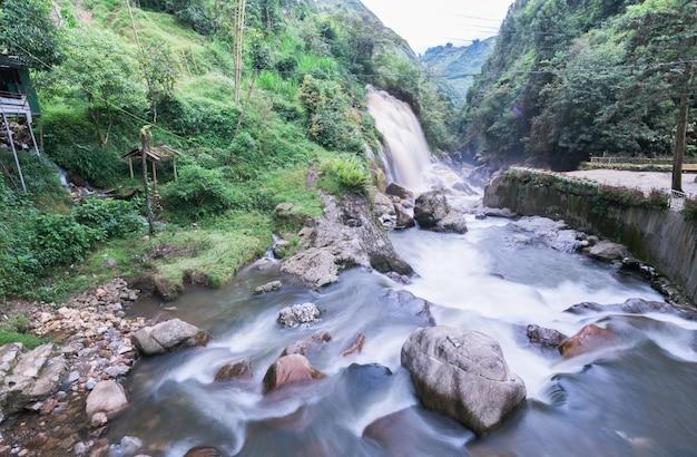 Mooie waterval van tien sa in regenseizoen dichtbij cat cat village dichtbij sa pa, vietnam - populaire touris