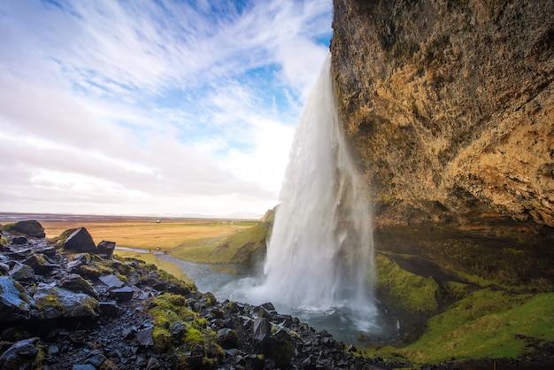 Mooie watervallen in ijsland met bewolkte dag