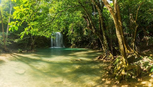 Mooie watervalmening in thailandpanoramische mooie diepe boswaterval in thailand