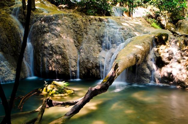 Mooie watervalstroom die in bos bij kanchanaburi-provincie, thailand stroomt.