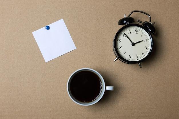 Mooie wekker, koffie en lege takenlijst