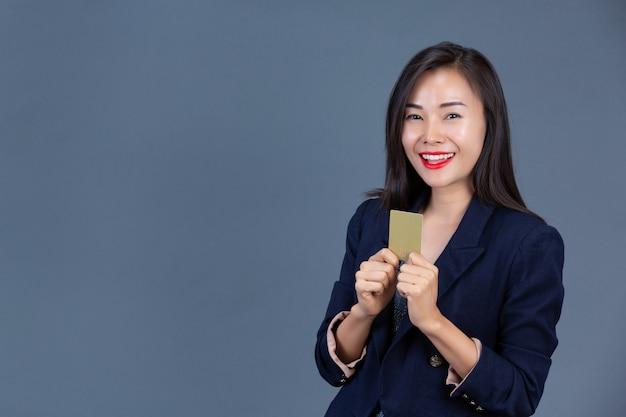 Mooie werkende vrouwen tonen hun emoties met gezichtsuitdrukkingen en gebaren.