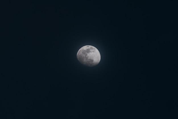 Mooie wide shot van een volle maan in een nachtelijke hemel