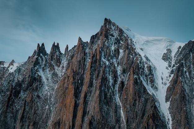 Mooie wide shot van ruth gletsjers bedekt met sneeuw