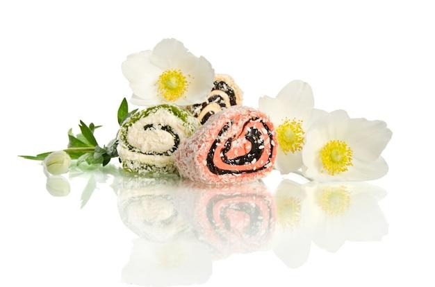 Mooie witte bloem en snoep geïsoleerd op wit