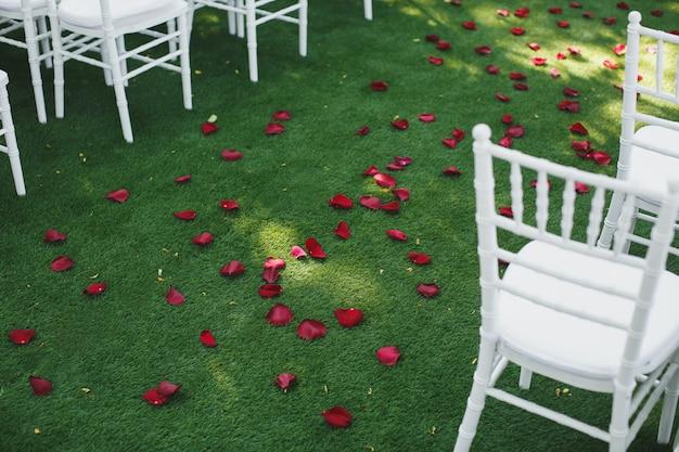 Mooie witte bruiloft stoelen tijdens de ceremonie in het park.