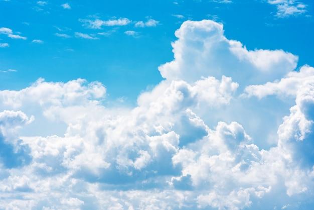 Mooie witte cumulonimbuswolken tegen de achtergrond van de heldere blauwe hemel