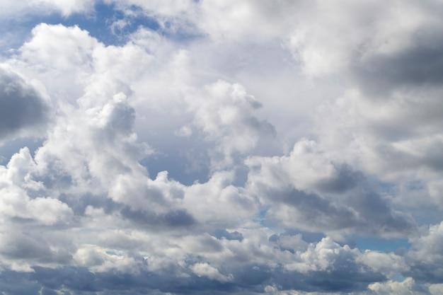 Mooie witte cumuluswolken in de blauwe hemel. kleine gaten in de blauwe lucht.