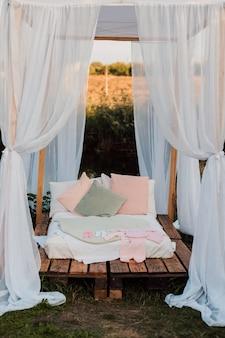 Mooie witte hut met een groot bed en kussens in de natuur