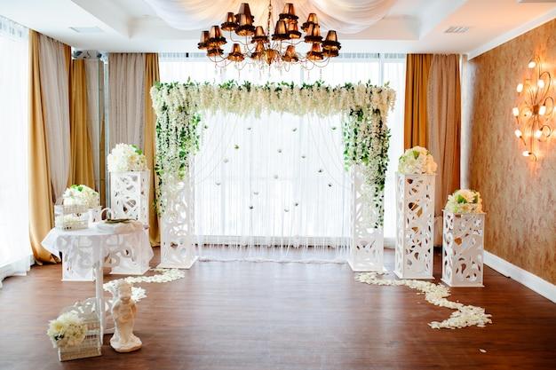 Mooie witte huwelijksboog van bloemen