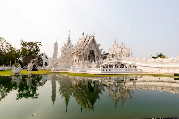 Mooie witte kerk van wat rong khun in thailand