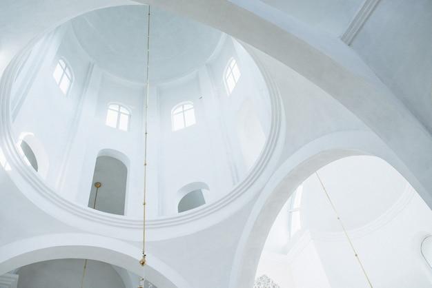 Mooie witte koepel in de kerk