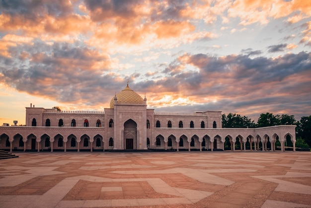 Mooie witte moskee in het licht van de zonsondergang. bolghar, rusland.