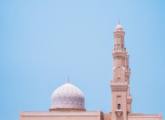 Mooie witte moskee onder een blauwe hemel in khasab, oman