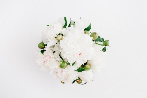 Mooie witte pioenrozen bloemen boeket op wit