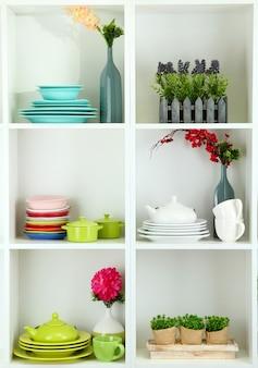 Mooie witte planken met serviesgoed en decor