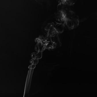 Mooie witte rook op zwarte achtergrond
