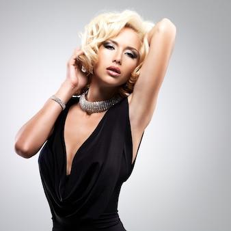 Mooie witte vrouw met krullend kapsel poseren