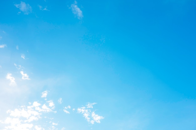 Mooie witte wolken met blauwe hemel. kleurschaduwverloop van wit naar blauw voor achtergrond