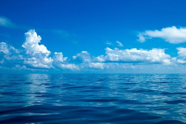 Mooie witte wolken op blauwe lucht boven kalme zee