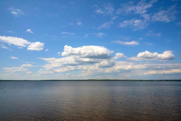 Mooie witte wolken tegen de blauwe lucht. zomer natuurlijke achtergrond.