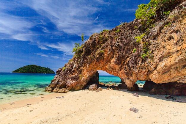 Mooie witte zand tropische beack met blauwe zee en lucht