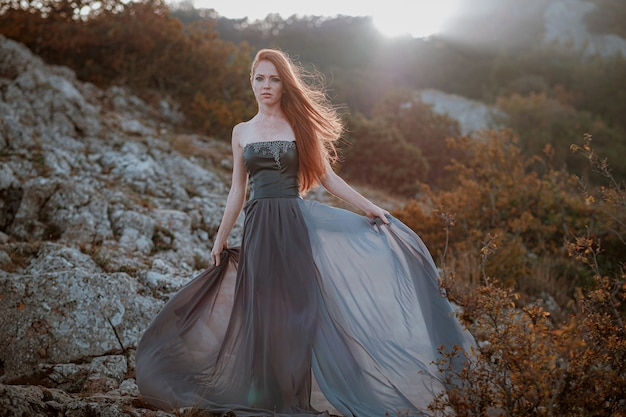 Mooie woedende scandinavische krijger gember vrouw in grijze jurk