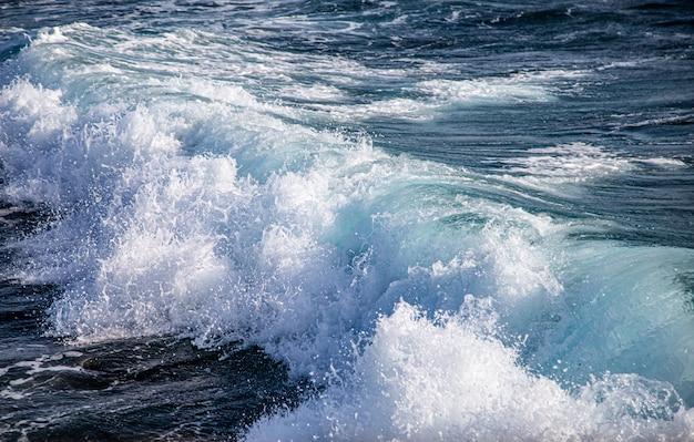 Mooie woeste zeeën met zeeschuim en golven.