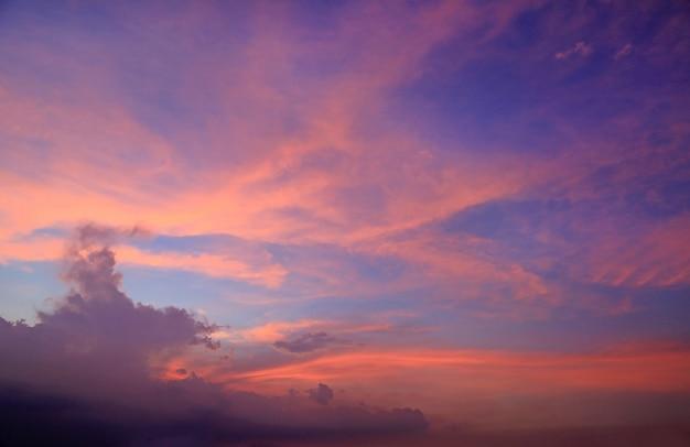 Mooie wolk op hemel in schemeringtijd.