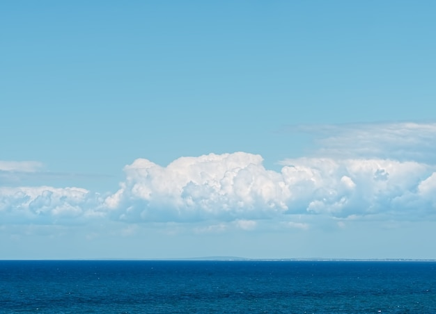 Mooie wolken boven de zwarte zee