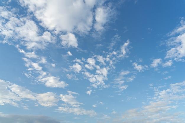 Mooie wolken en blauwe lucht. zachte hemel met zachte wolken als achtergrond.