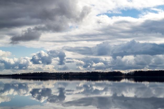 Mooie wolken in de blauwe lucht weerspiegeld in het water