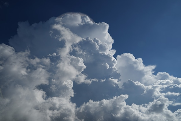 Mooie wolken met blauwe hemelachtergrond