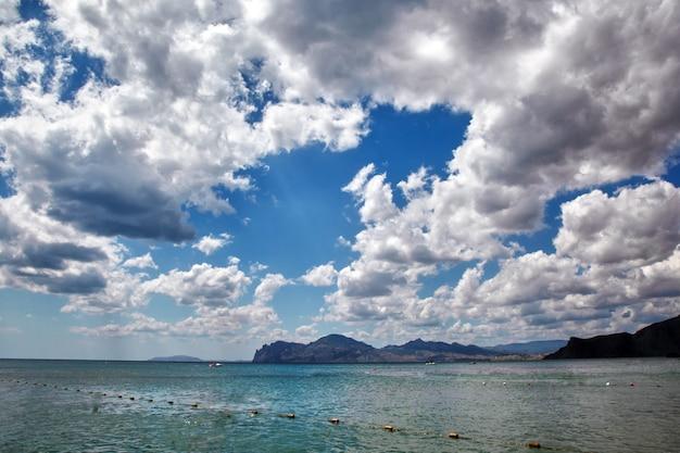 Mooie wolken met de ondergaande zon over de zee