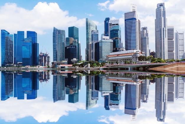 Mooie wolkenkrabbers en reflecties van de grote centrale zakenstad