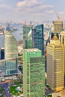 Mooie wolkenkrabbers, stadsbouw van pudong, shanghai, china.