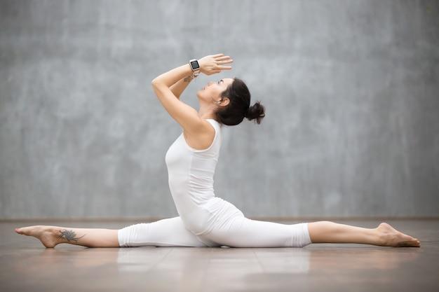 Mooie yoga: gespleten houding