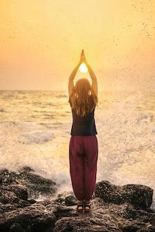 Mooie yoga meditatie reflectie op water goa strand op zonsondergang